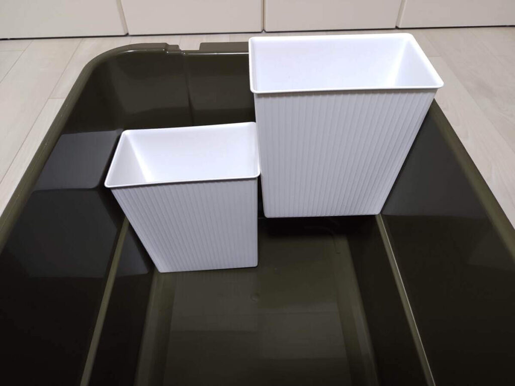 トランクカーゴ50Lとセリアのゴミ箱の組み合わせ