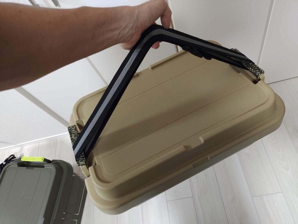 スーツケースベルトをトランクカーゴに取り付けた状態