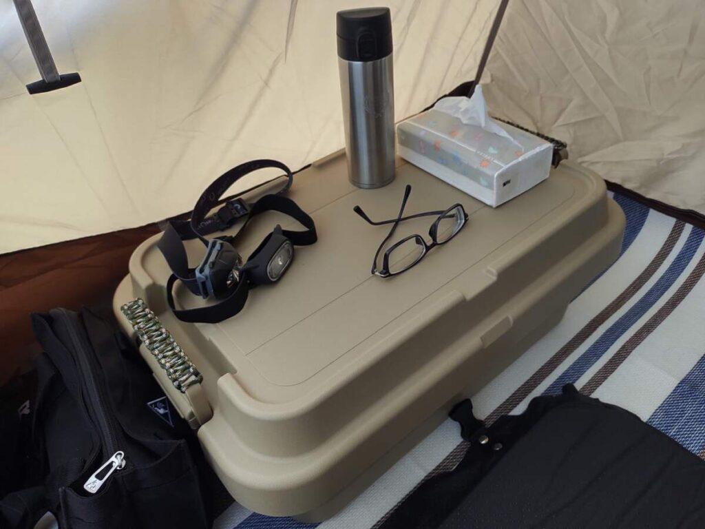テント内でテーブルとして使われているトランクカーゴ