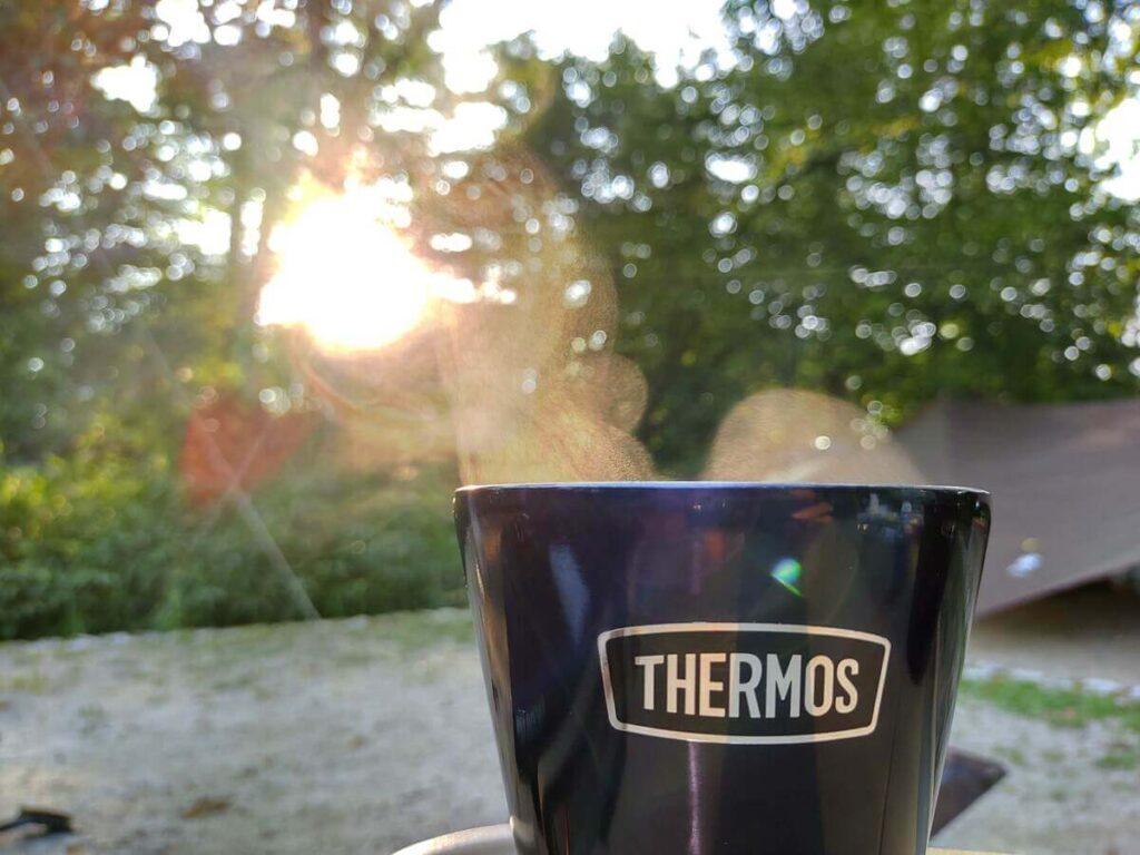 朝日が差し込むキャンプ場