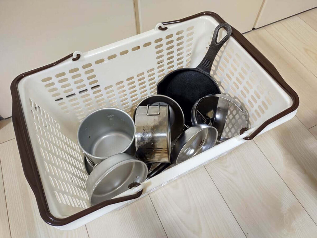 洗った後の食器が入ったカゴ
