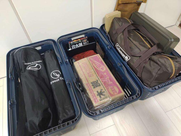 荷物が収納されたスーパーバスケット