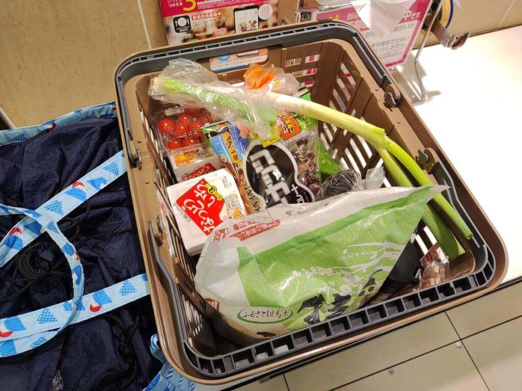 スーパーで会計後の商品が入ったカゴ