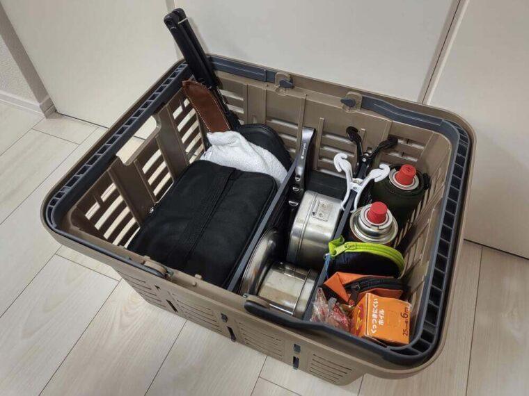 食器と調理器具を収納したスーパーバスケット