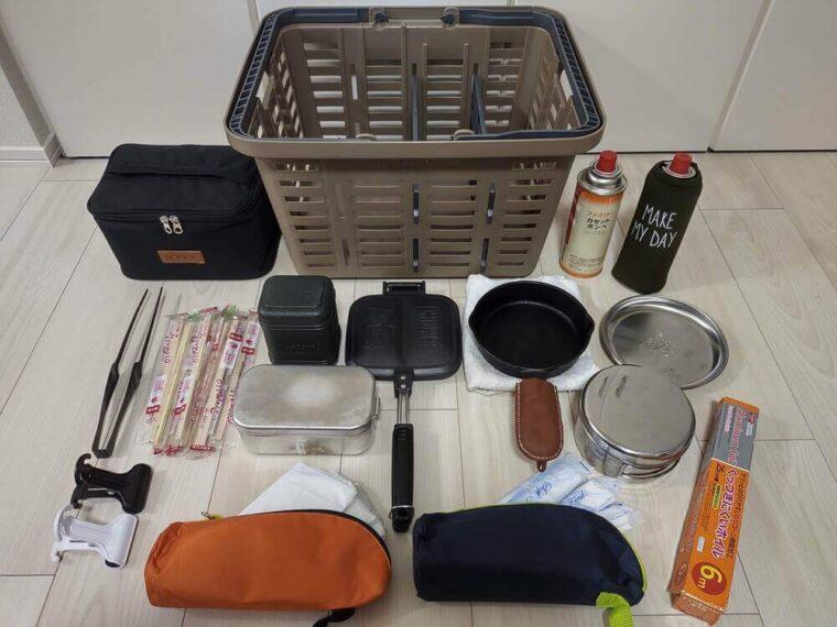 収納していた食器と調理器具を一覧に広げた画像