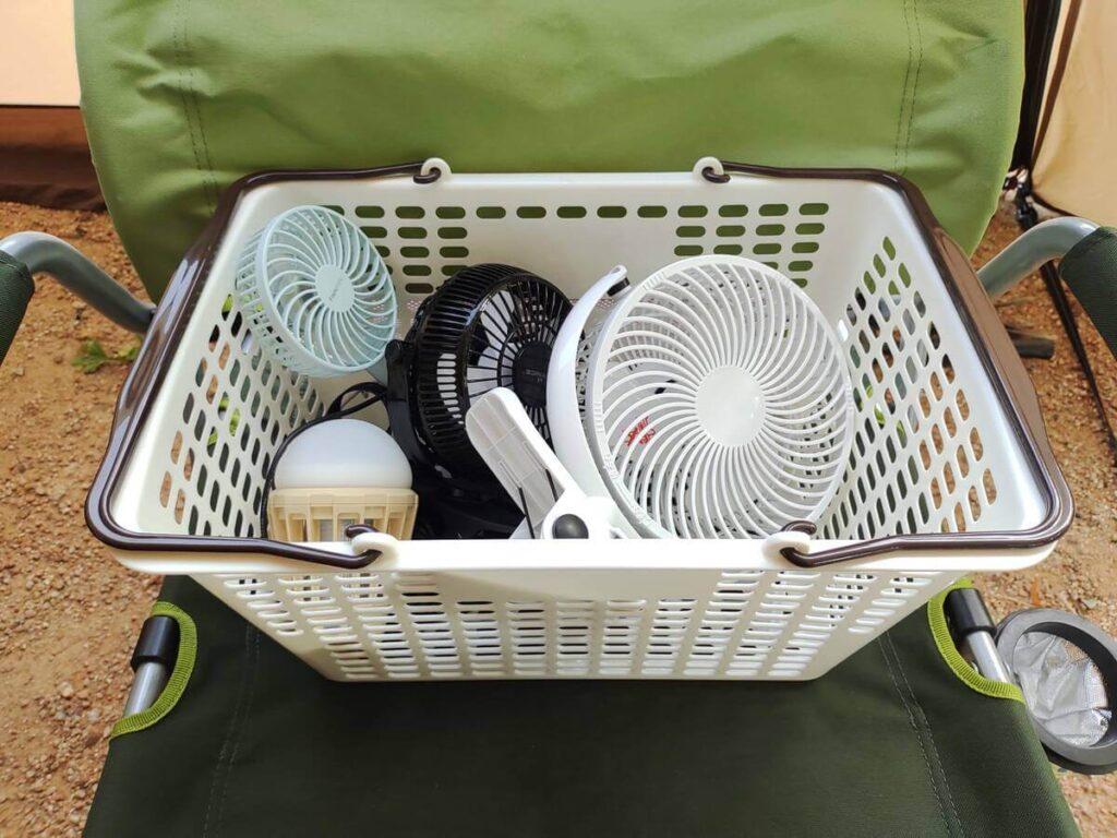 頻繁に使う扇風機やライトを収納したカゴ