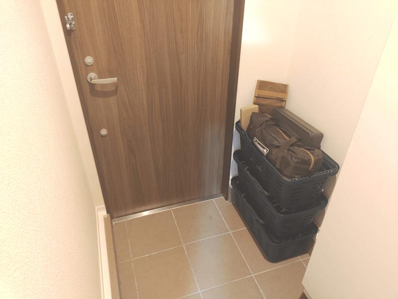 玄関におかれたキャンプ道具