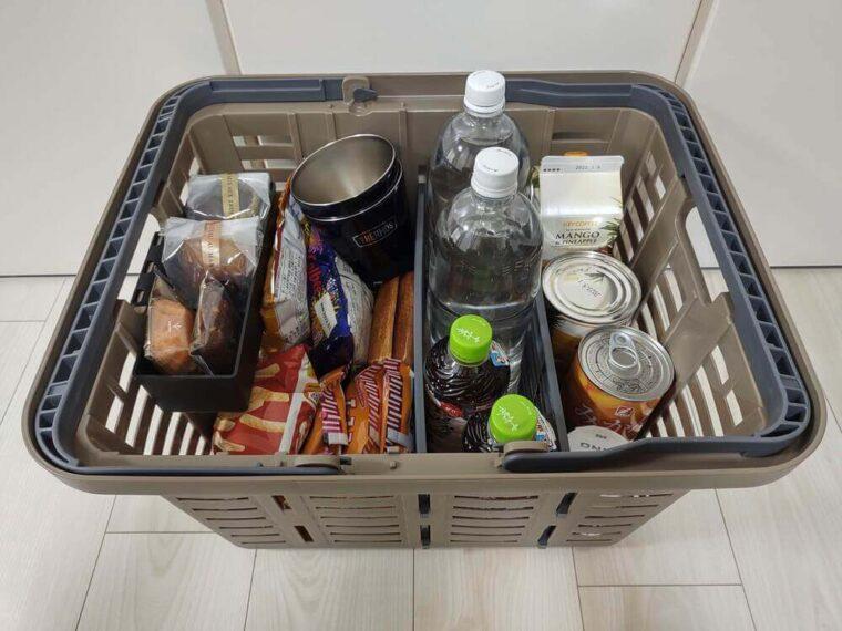 食べ物や飲み物を収納したスーパーバスケット