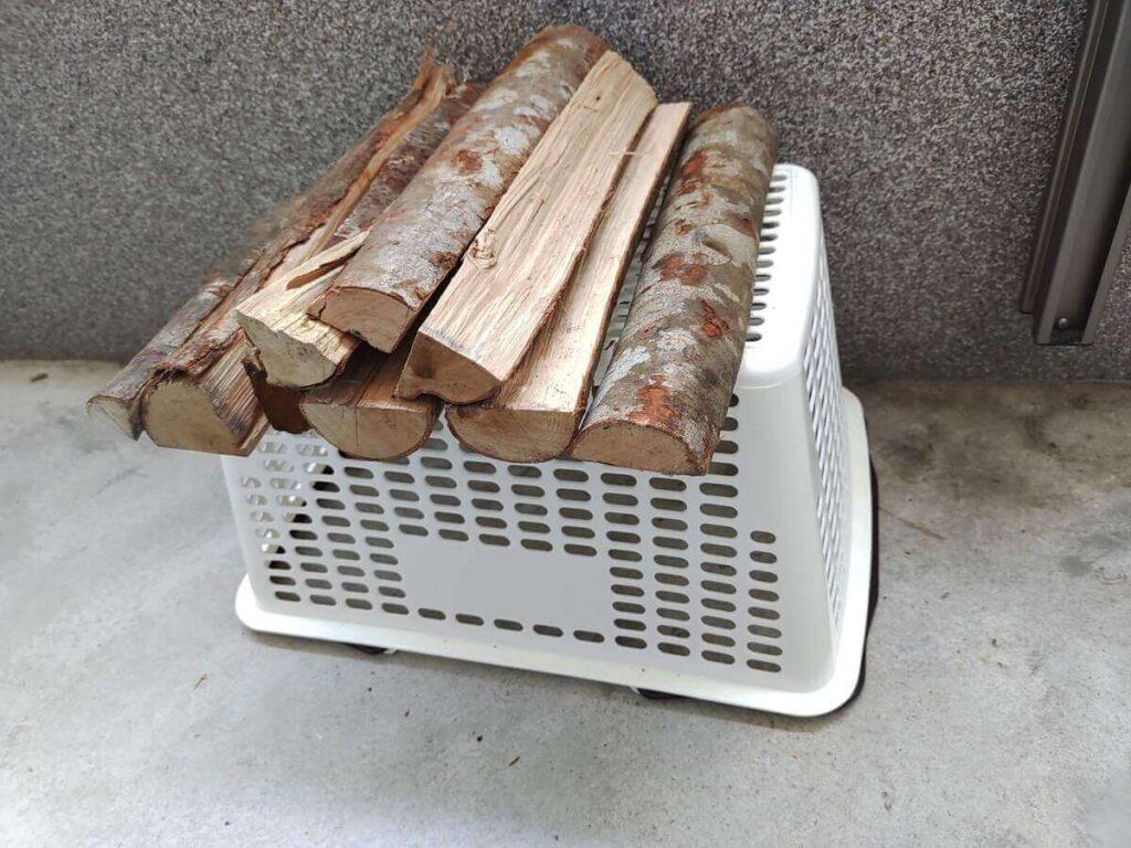薪置きとして使った買い物カゴ