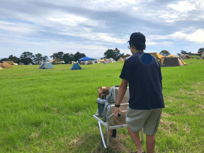 キャンプ道具を運ぶ人