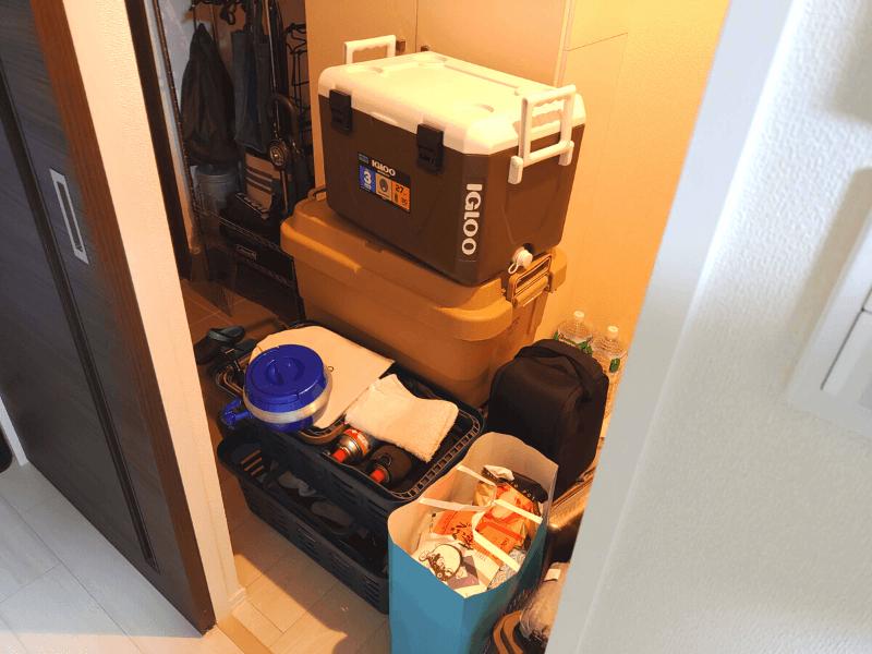 荷物で溢れた玄関