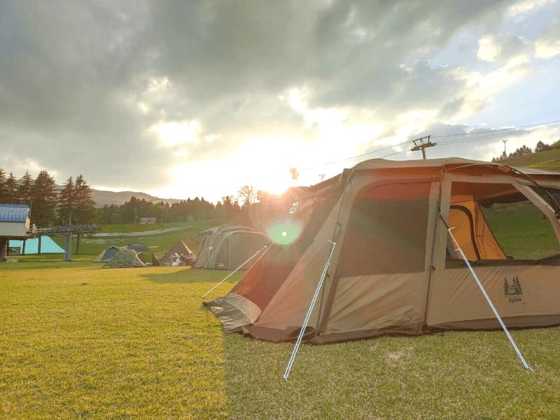 朝日を浴びるテント