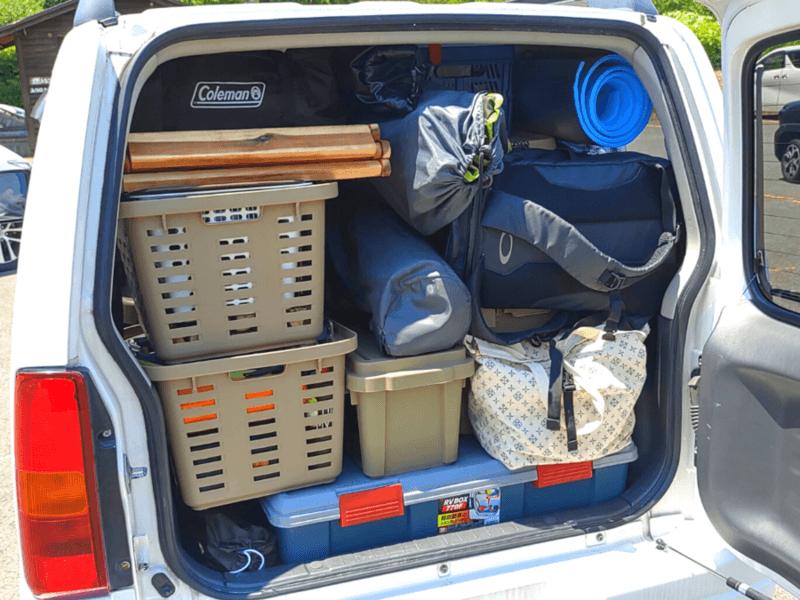 荷物がたくさん積まれたクルマ